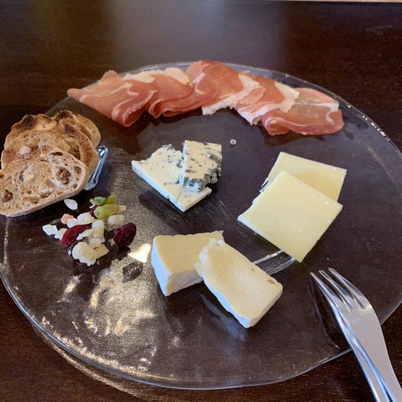 チーズの盛り合わせと生ハム